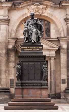 Denkmal König Friedrich Augusts des Gerechten auf dem Schlossplatz gegenüber der Kathedrale SS. Trinitatis - Rundgang historische Innenstadt