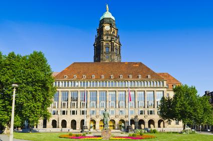 Der Festsaalflügel des Neuen Rathauses vom Georgplatz aus, dahinter der Rathausturm, vor dem Rathaus das Denkmal der Trümmerfrau - Stadtrundfahrt-Straßenbahn