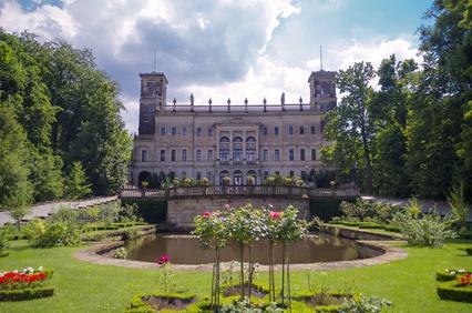 Schloss Albrechtsberg vom Haupteingang zur Schlossparkanlage an der Bautzner Landstraße aus - Stadtrundfahrt-Straßenbahn