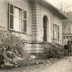 Altenzeller Straße 44 nach dem Wiederaufbau, vor dem Eingang Prof. Dr. Eberhard Hempel und Adoptivtochter Maria Theresia Hempel um 1960.