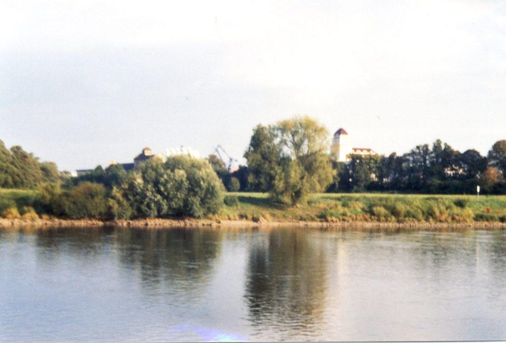 Blick von Altübigau über die Elbe ins Ostragelände, rechts die Hafenmühle, links Hafenkräne im Alberthafen