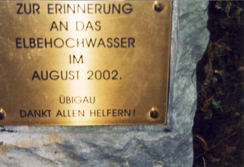 """Gedenktafel an das """"Jahrhunderthochwasser"""" 2002 in Altübigau"""