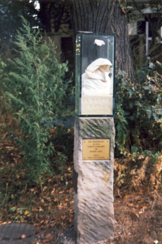 Gedenkstele an das Hochwasser 2002 in Altübigau