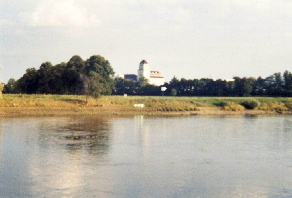 Blick von Altübigau über die Elbe ins Ostragelände und zur Hafenmühle